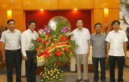 Đồng chí Tô Huy Rứa chúc mừng cán bộ, phóng viên VTV dịp 21/6