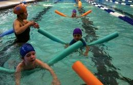 Trẻ em Bahrain nỗ lực lập kỷ lục về bài học bơi