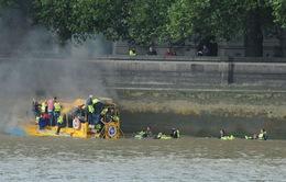 Tàu du lịch bốc cháy trên sông Thames