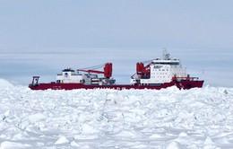 Tàu phá băng Trung Quốc tự giải thoát