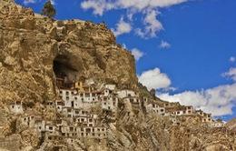 Độc đáo tu viện nằm cheo leo trên vách núi đá
