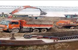 Bắt 7 đối tượng khai thác và tiêu thụ cát trái phép trên sông Hồng