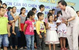 Phó Chủ tịch nước Nguyễn Thị Doan trao học bổng cùng em đến trường