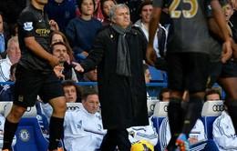 """Ăn mừng """"trên đầu"""" đối thủ, Mourinho lại gây """"bão"""""""