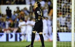 """Thủ môn Barca muối mặt vì """"đòn hiểm"""" của CĐV Real"""