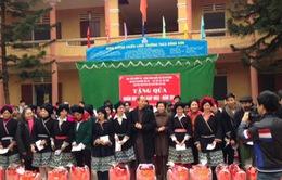 Hội Phật giáo tỉnh Phú Thọ trao quà tết cho những hoàn cảnh khó khăn