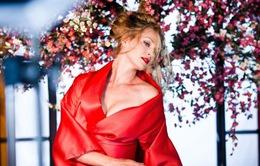 Uma Thurman gây choáng ngợp với sắc đỏ