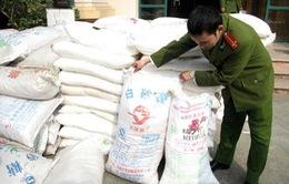 Hàng chục tấn mì chính và ô mai lậu đổ về Hà Nội