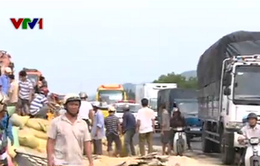Xe tải đấu đầu xe khách trên quốc lộ, 7 người bị thương