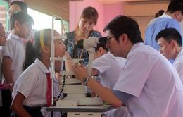 Hơn 1.000 học sinh trường THPT Tân Bình được khám mắt học đường