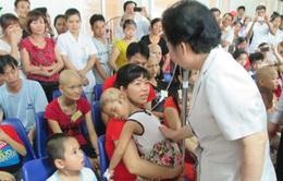 Phó Chủ tịch nước Nguyễn Thị Doan thăm và tặng quà bệnh nhi ung thư