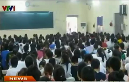 200 học sinh chen nhau trong lớp luyện thi chật chội chưa đầy 80m2