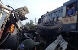 Tàu hỏa đâm xe tải gây ách tắc đường sắt Bắc Nam và Quốc lộ 1A