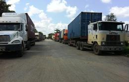 """Hàng trăm xe container """"vây"""" cửa khẩu Mộc Bài phản đối phí mới"""