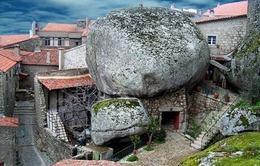 """Độc đáo ngôi làng """"kẹp"""" trong lòng đá"""