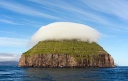 """Kỳ lạ hòn đảo """"đội mây"""" Litla Dimun"""