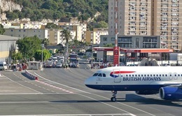 Sân bay Gibraltar – nơi đường băng giao quốc lộ