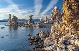 Kỳ lạ những tháp đá trên hồ Mono, California