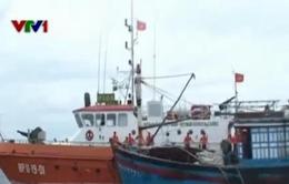 Lai dắt tàu cá của ngư dân Bình Định trôi trên biển