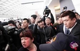 Kim Soo Hyun phát hoảng khi bị vây kín ở sân bay