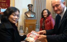 Giáo sư sử học Mỹ xúc động tới thăm gia đình cố Đại tướng Võ Nguyên Giáp