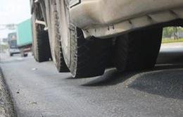 Vì sao nhiều tuyến đường ở TP.HCM sụt lún nghiêm trọng?