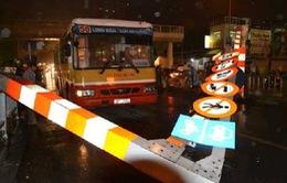 Chạy vào đường cấm, xe bus đâm đổ thanh gác chắn cầu vượt
