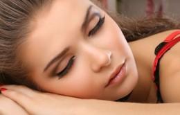 Tại sao phụ nữ lười tẩy trang khi ngủ?