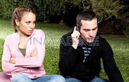 Làm gì khi chồng làm bạn với nhiều người yêu cũ?