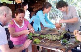 Khách nước ngoài trải nghiệm Tết Việt