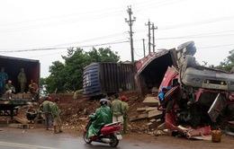 Quảng Trị: Ô tô mất lái gần 100 tấn gỗ tràn ra đường