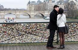 Cầu khóa tình yêu ở Paris quá tải vì gánh thêm 93 tấn kim loại