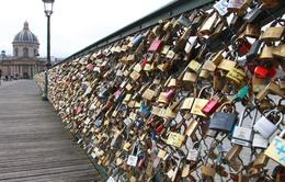 Cầu khóa tình yêu ở Paris - Điểm đến lãng mạn của các cặp đôi
