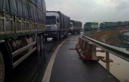 Bắt 8 đối tượng bảo kê xe quá tải tuyến cao tốc Nội Bài - Lào Cai