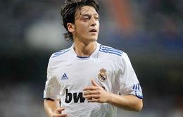Mesut Oezil trên đường rời Real Madrid