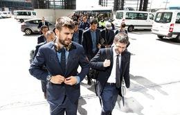 Chùm ảnh: Barca trong vòng vây NHM khi đặt chân đến Madrid