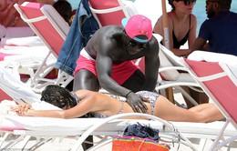 Tân binh của Man City, Bacary Sagna âu yếm vợ bên bãi biển Miami