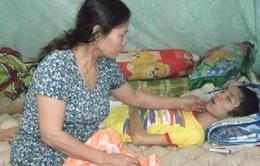 Cám cảnh gia đình có con bị bệnh chủ trọ không cho ở