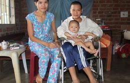 Cảnh khốn khó của người vợ ôm con nhỏ nuôi chồng liệt tủy