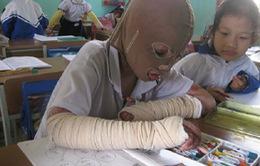 Cậu bé lớp 1 đeo mặt nạ vải đến trường