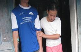 Cô bé 11 tuổi chăm cha bị liệt