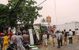 Xe chở 10 tấn dưa hấu đâm đổ cột điện ở Quảng Trị