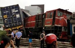 Tàu hỏa bị lật sau cú tông xe container