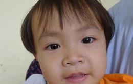 Bé 3 tuổi một mình chống chọi với cơn đau
