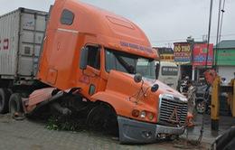 Xe container húc đổ dải phân cách, 1 người bất tỉnh