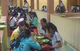 Bữa ăn trưa cho học sinh nghèo cuối cấp