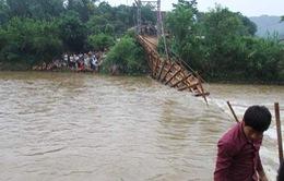Đứt cầu treo, hơn 20 người rơi xuống suối