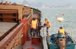 Bắt giữ tàu chở quặng không rõ nguồn gốc