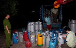 """""""Đột kích"""" khu tập kết gas giả tại Bình Dương"""