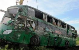 Xe khách lật nhào xuống ruộng, 20 người thoát chết